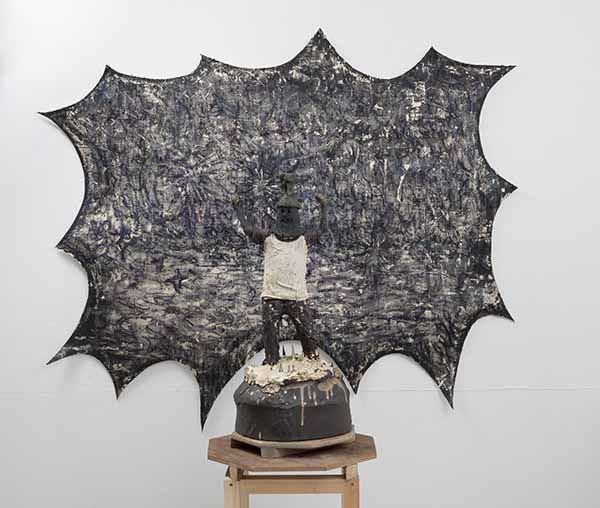 「明晰夢の案内人」2018 陶土、磁土、麻布、羊毛、顔料  「光の粒が海に浮かぶ」2018 水性アルキド樹脂、油絵具、木炭、顔料、キャンバス