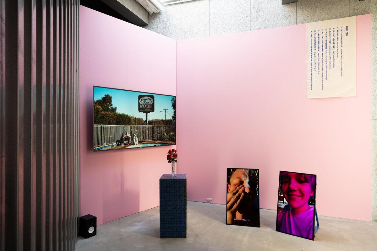 「ローズシティ」2016 HDヴィデオ、薔薇、三面モニター、テキスト