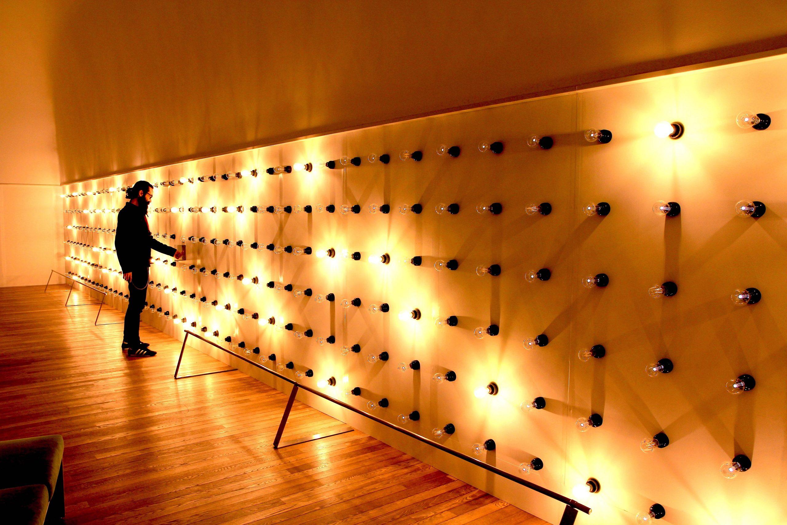 「light dress」2019  アクリル樹脂、電球、自然光、LED電球、色紙、ボタン、配線コード